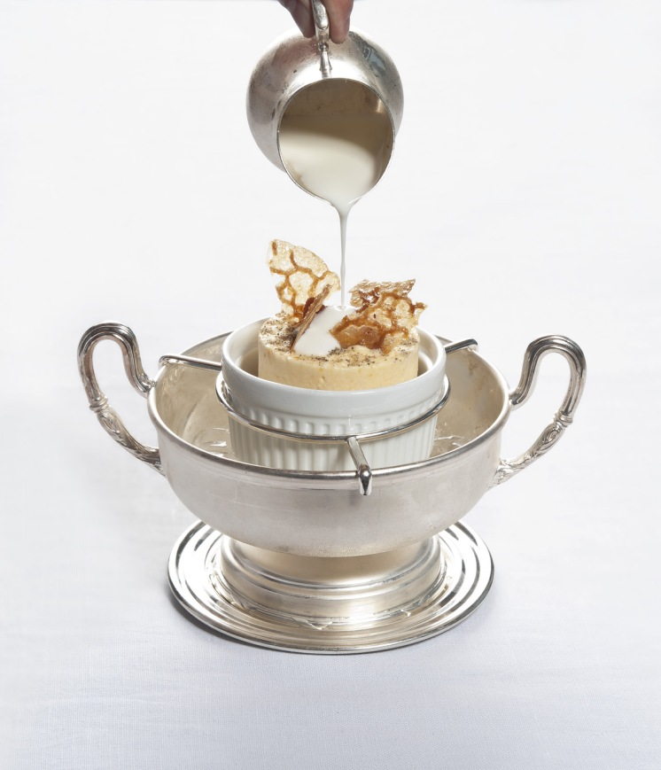 Soufflè ghiacciato di zucca e cardamomo, salsa di caprino e miele mllefiori